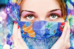 Mujer con los ojos hermosos y la bufanda colorida Foto de archivo libre de regalías