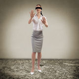 Mujer con los ojos vendados joven foto de archivo libre de regalías