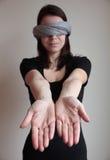 Mujer con los ojos vendados que estira los brazos adelante Fotos de archivo libres de regalías