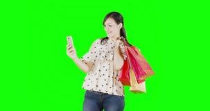 Mujer con los panieres que toman la foto del selfie almacen de video