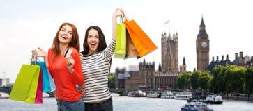 Mujer con los panieres sobre la ciudad de Londres Imágenes de archivo libres de regalías
