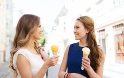 Mujer con los panieres y el helado en ciudad Fotos de archivo libres de regalías