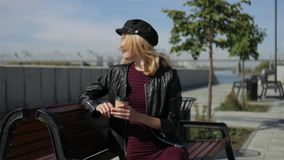 Mujer con los paseos del café a lo largo de la 'promenade' almacen de video