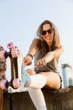 Mujer con los pcteres de ruedas Fotos de archivo libres de regalías
