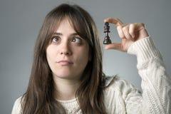 Mujer con los pedazos de ajedrez imágenes de archivo libres de regalías