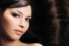 Mujer con los pelos de la belleza Fotos de archivo libres de regalías