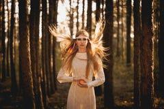 Mujer con los pelos del fliyng que sostienen la manzana Fotos de archivo