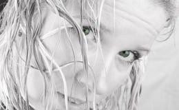 Mujer con los pelos mojados y los ojos verdes. Fotos de archivo