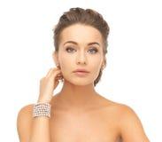 Mujer con los pendientes y la pulsera de la perla Fotos de archivo libres de regalías
