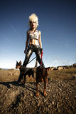 Mujer con los perros de animal doméstico Fotos de archivo libres de regalías