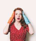 Mujer con los potholders coloridos Foto de archivo libre de regalías