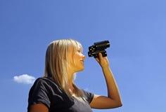 Mujer con los prismáticos Imagen de archivo