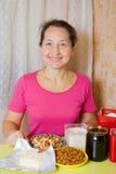 Mujer con los productos alimenticios para la torta de miel Fotos de archivo libres de regalías
