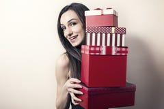 Mujer con los rectángulos de regalo Foto de archivo libre de regalías