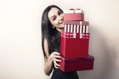 Mujer con los rectángulos de regalo Imagen de archivo libre de regalías