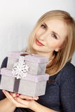 Mujer con los rectángulos de regalo de lujo Fotos de archivo