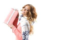Mujer con los regalos de la Navidad Imagenes de archivo
