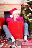 Mujer con los regalos de Navidad que desgastan el sombrero de santa imagen de archivo libre de regalías