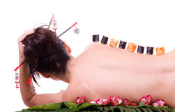 Mujer con los rodillos de sushi japoneses Imagenes de archivo
