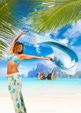 Mujer con los sarong en la playa Fotos de archivo