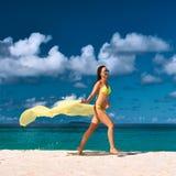 Mujer con los sarong en la playa Fotografía de archivo libre de regalías