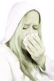 Mujer con los sniffles o el estornudo Imagenes de archivo