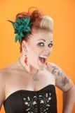 Mujer con los tatuajes y la lengüeta perforada Imagenes de archivo