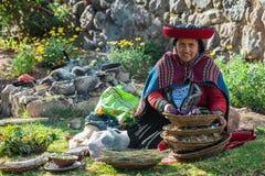 Mujer con los tintes naturales los Andes peruanos Cuzco Perú Fotografía de archivo libre de regalías