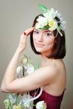 Mujer con los tulipanes del blanco de las flores Fotografía de archivo