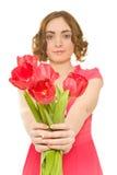 Mujer con los tulipanes (foco en tulipanes) Imagen de archivo libre de regalías
