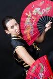 Mujer con los ventiladores del rojo del fu del kung imagenes de archivo