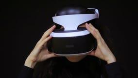 Mujer con los vidrios de VR de realidad virtual Chica joven en casco aumentado virtual de la realidad Auriculares de VR Concepto  metrajes
