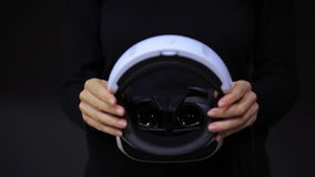 Mujer con los vidrios de VR de realidad virtual Chica joven en casco aumentado virtual de la realidad Auriculares de VR Concepto  almacen de metraje de vídeo