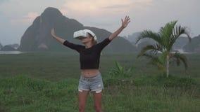 Mujer con los vidrios de VR en el punto de vista tropical almacen de video