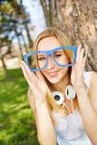 Mujer con los vidrios del empollón del inconformista en verano Imagen de archivo libre de regalías