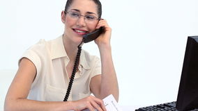 Mujer con los vidrios en el teléfono Foto de archivo libre de regalías