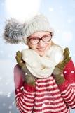 Mujer con los vidrios en la nieve en invierno Foto de archivo