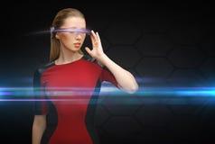 Mujer con los vidrios futuristas Foto de archivo libre de regalías