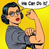 Mujer con los vidrios podemos hacerlo el poder del feminismo Imagen de archivo