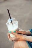 Mujer con los vidrios que bebe el batido de leche Fotos de archivo