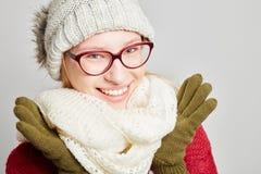 Mujer con los vidrios que llevan la ropa del invierno Fotos de archivo