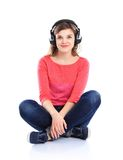 Mujer con música que escucha de los auriculares Imágenes de archivo libres de regalías