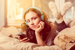 Mujer con música que escucha de los auriculares Fotos de archivo libres de regalías