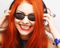 Mujer con música que escucha de los auriculares Foto de archivo