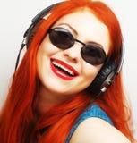 Mujer con música que escucha de los auriculares Fotografía de archivo libre de regalías