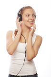 Mujer con música que escucha de los auriculares Foto de archivo libre de regalías