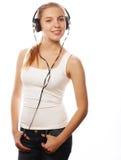 Mujer con música que escucha de los auriculares Imagen de archivo