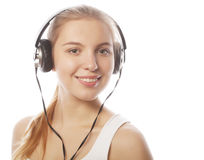 Mujer con música que escucha de los auriculares Fotografía de archivo