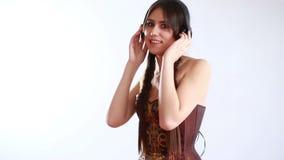 Mujer con música que escucha de los auriculares metrajes
