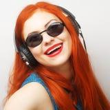 Mujer con música que escucha de los auriculares Imagenes de archivo